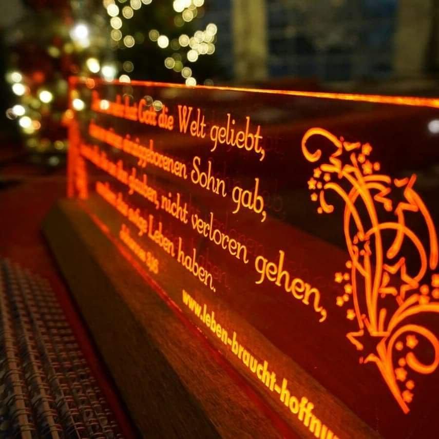 Acrylglasschild auf Holzsockel (beleuchtet) 25cm breit