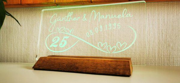Acrylglas auf Echtholzsockel mit LED Beleuchtung als Geschenkidee